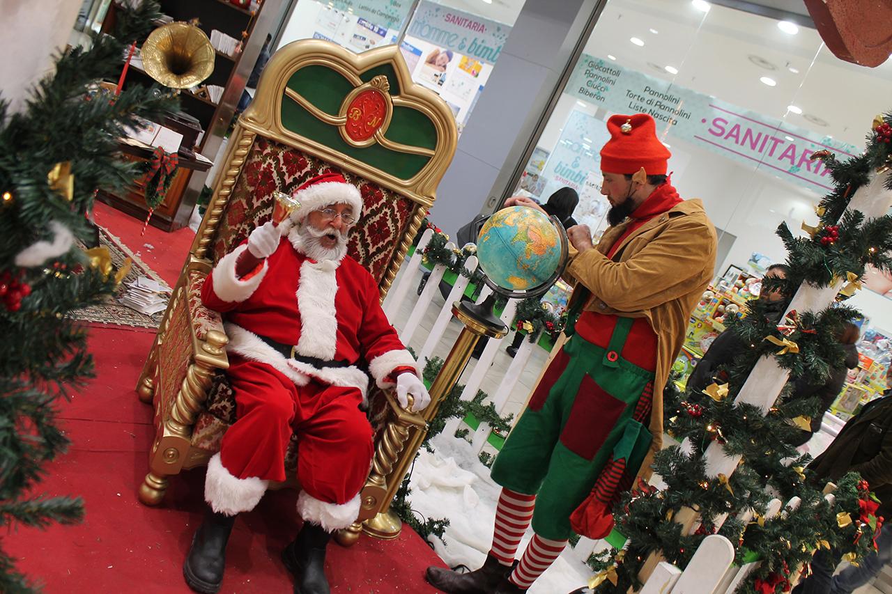 Babbo Natale E Gli Elfi.Babbo Natale Ed Elfo Assistente